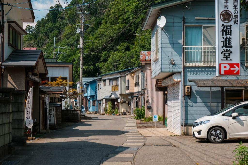 Rue dans un quartier résidentiel d'une petite ville du nord du Japon
