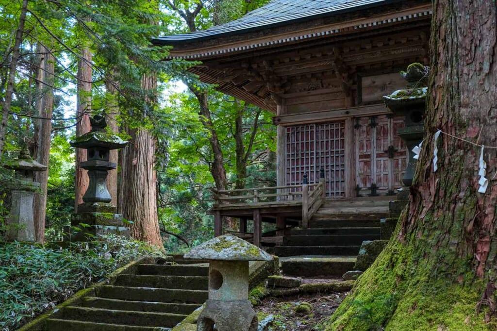 Le sanctuaire Kimpo à Semboku, au milieu d'une forêt de cèdres du Japon
