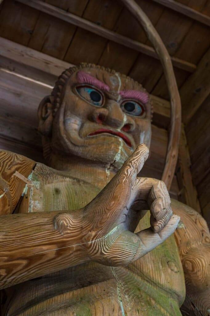 Statue Nio en bois, dans un sanctuaire au Japon