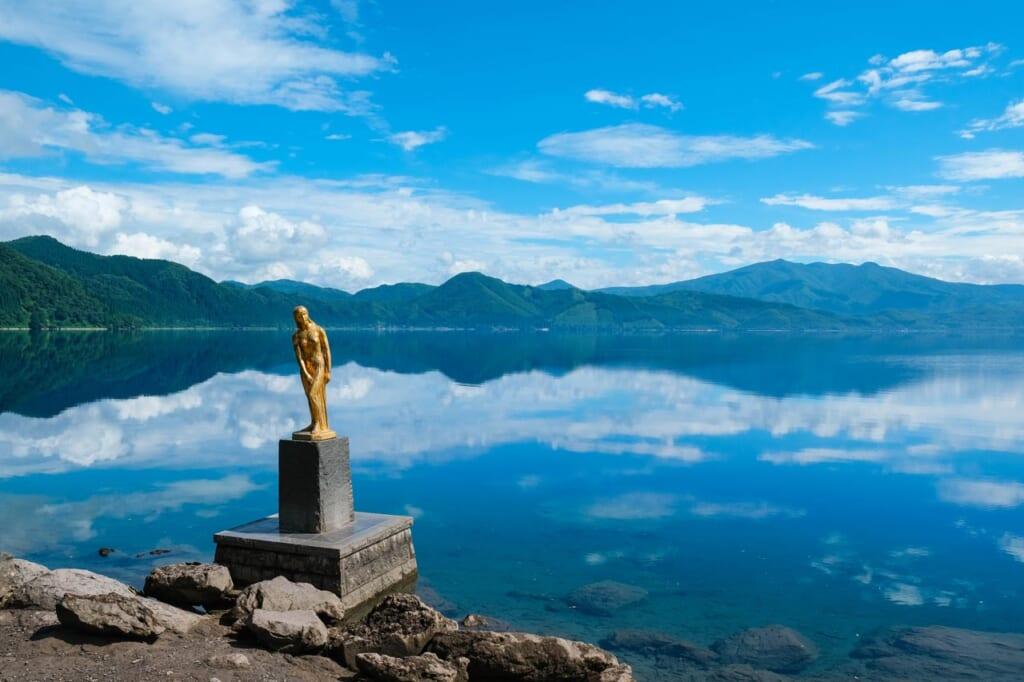 La statue dorée de Tatsuko au bord du lac Tazawa à Tazawako, Semboku