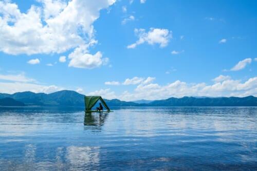 tente flottante au milieu du lac de Tazawako à Semboku, Akita