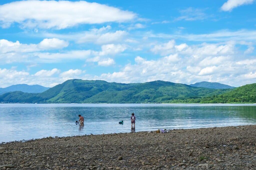 Une famille se baigne dans un lac au Japon