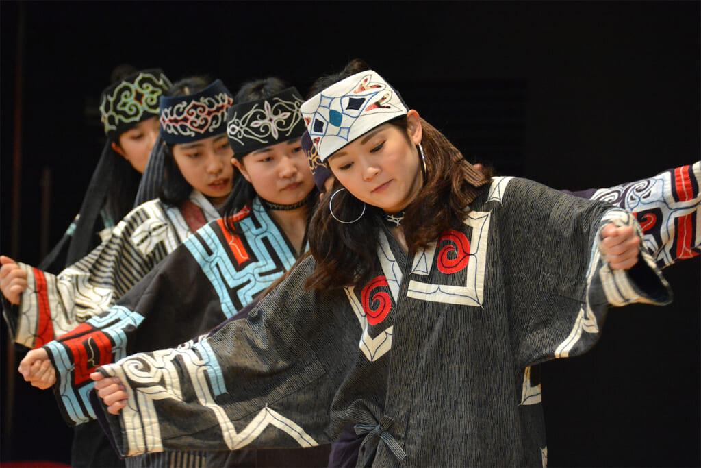 jeunes femmes en costume traditionnel ainu