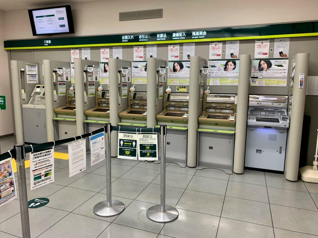 Distributeurs d'une banque au Japon