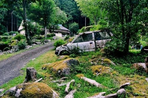 Coche abandonazo en un bosque de Kumano.