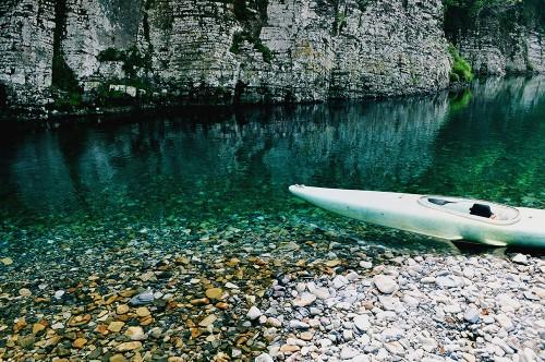 Kayak en las cristalinas aguas del río Kumano (Japón)