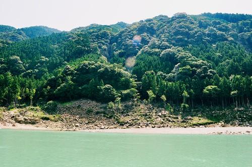 Paisaje montañoso y aguas turquesas desde un kayak en el río Kumano (Japón)