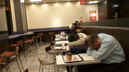 Gente durmiendo en un McDonalds 24 horas de Japón