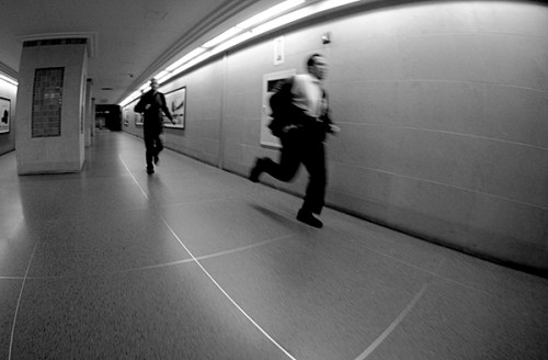 Hombres corriendo para no perder el tren