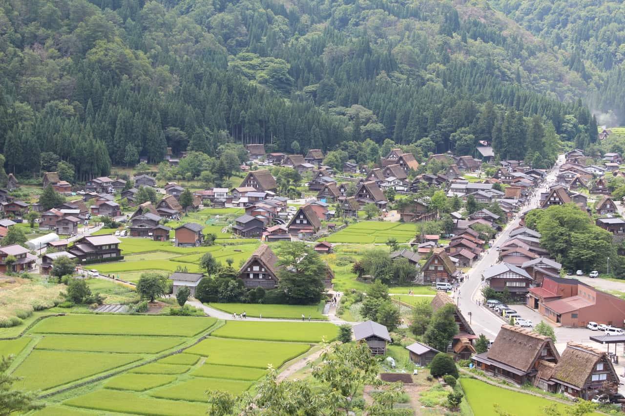 Vista de la aldea de Shirakawago desde las montalas