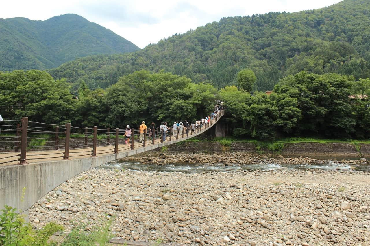 Puente colgante de madera en Shirakawago