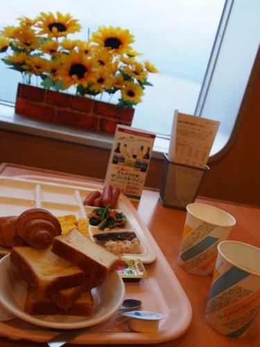 Desayuno tipo buffé en el ferry Sunflower de Kansai a Kyushu.