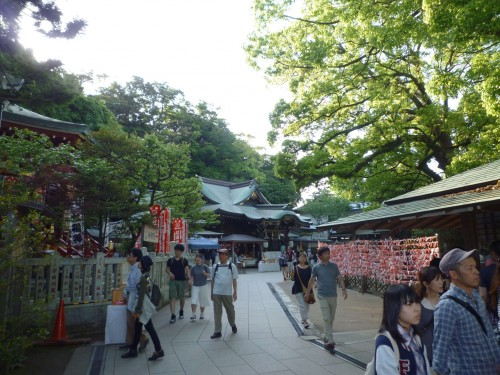 Santuario y tiendas en Enoshima, Japón