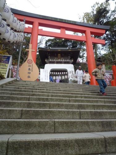 Arco torii sobre unas escaleras en Enoshima (Japón)