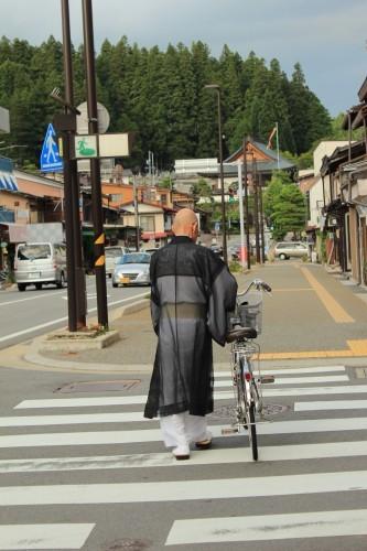 Hombre paseando con su bici por Takayama, Japón