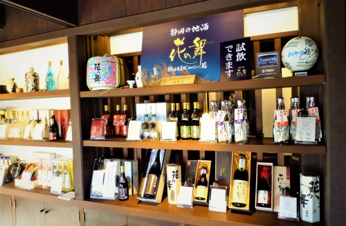 Productos de la fábrica de sake Hananomai, en Shizuoka.
