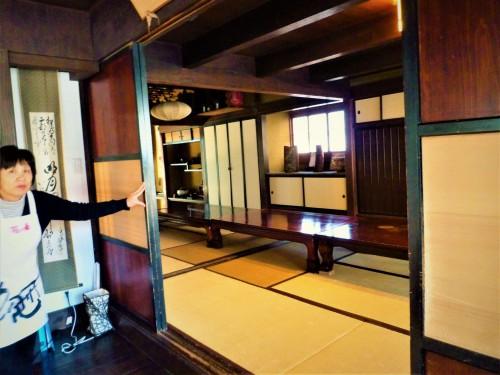 Tienda de sake Hananomai, en Shizuoka.
