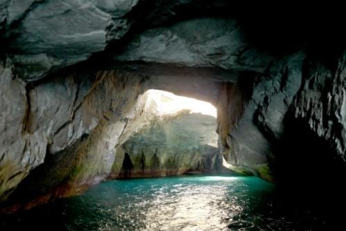 Cueva en la costa de la península de Izu.