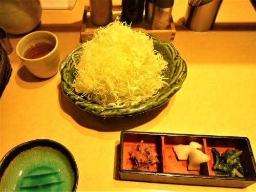Bol de col rallada en un restaurante Saboten de Japón.