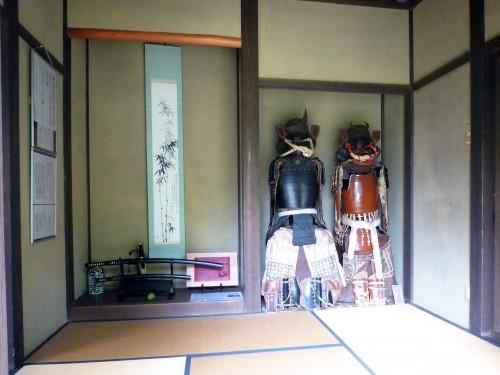 Armaduras samurái expuestas en el parque conmemorativo Kinen-koen de Murakami.