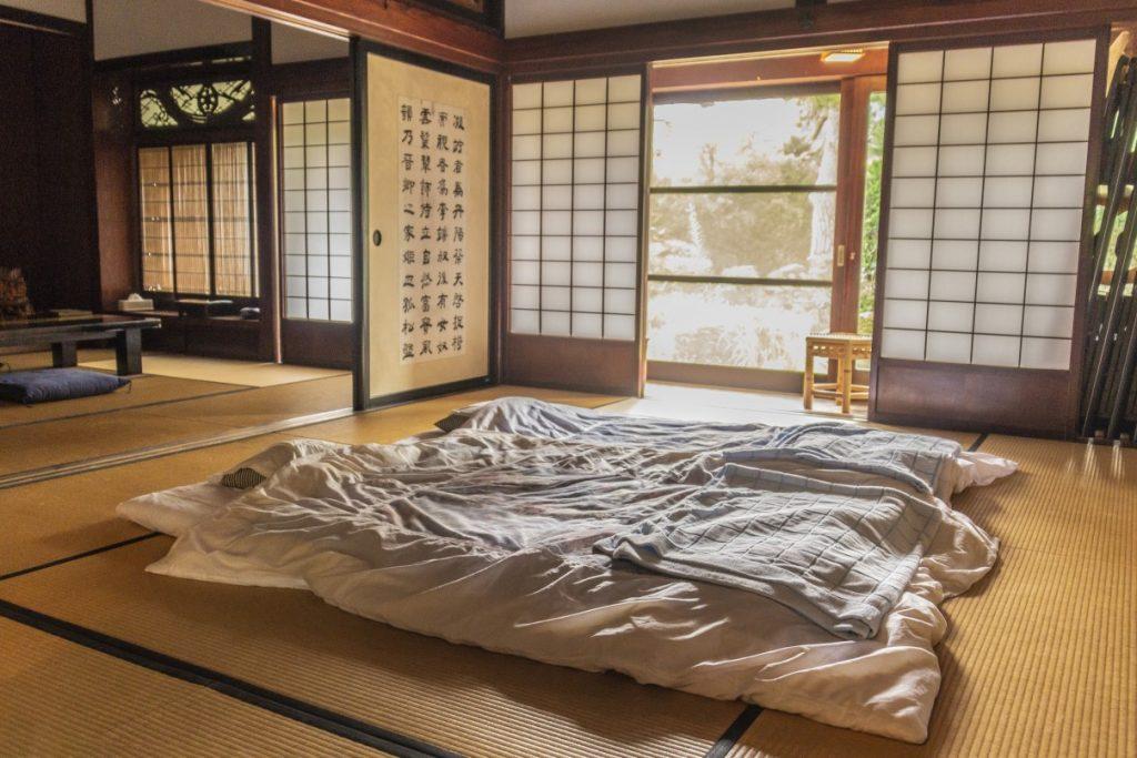 Futon en una habitación de ryokan en Japon