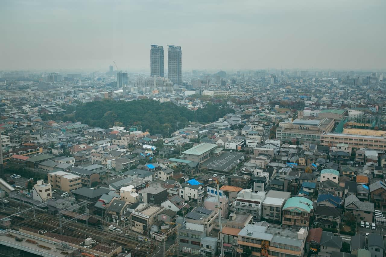 El kofun rodeado de edificios modernos