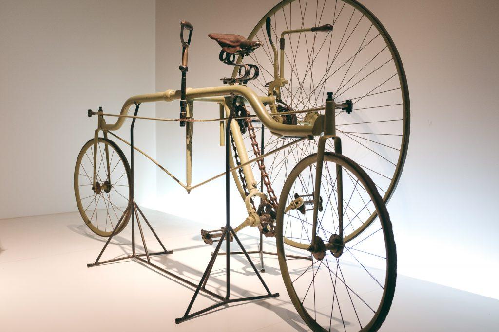 Una antigua bicicleta sin pedales