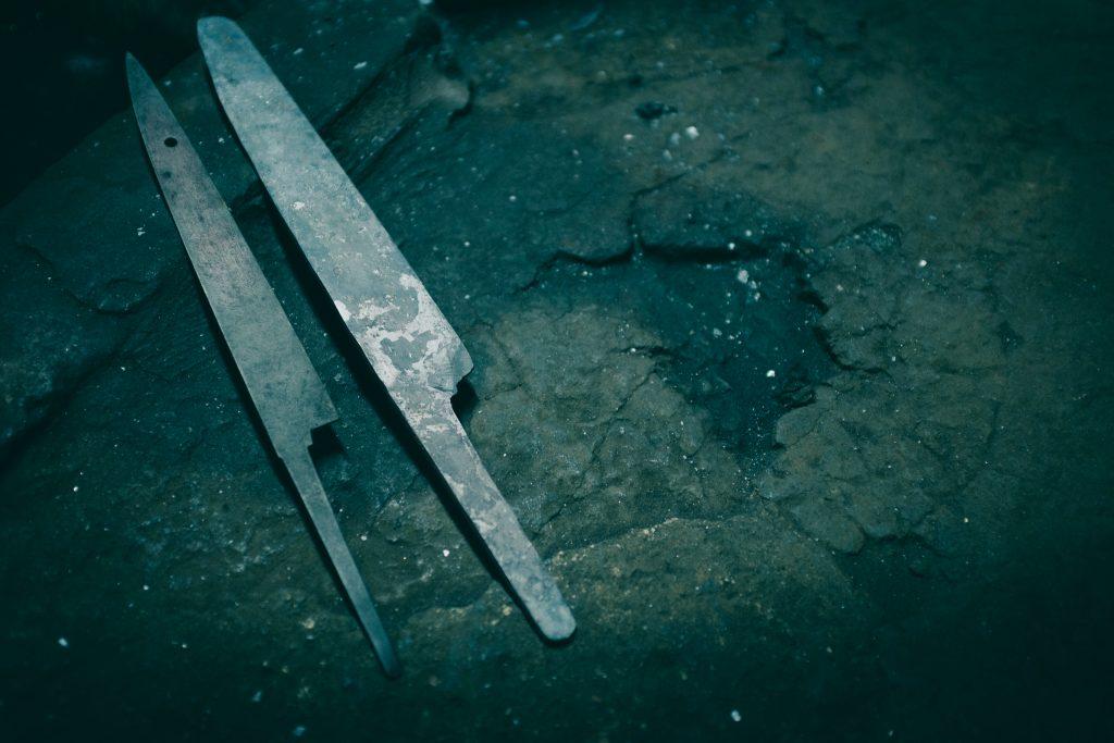 El trozo de acero y hierro ya tomaba la forma de un cuchillo
