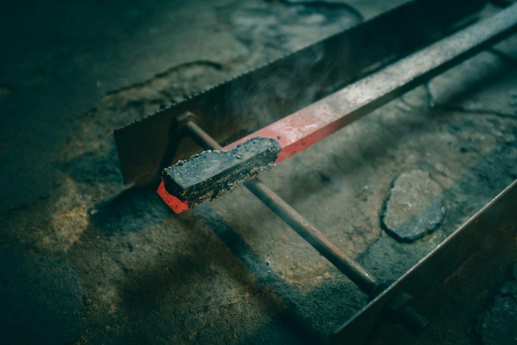 Trabando el hierro y el acero para crear los cuchillos Sakai de Osaka