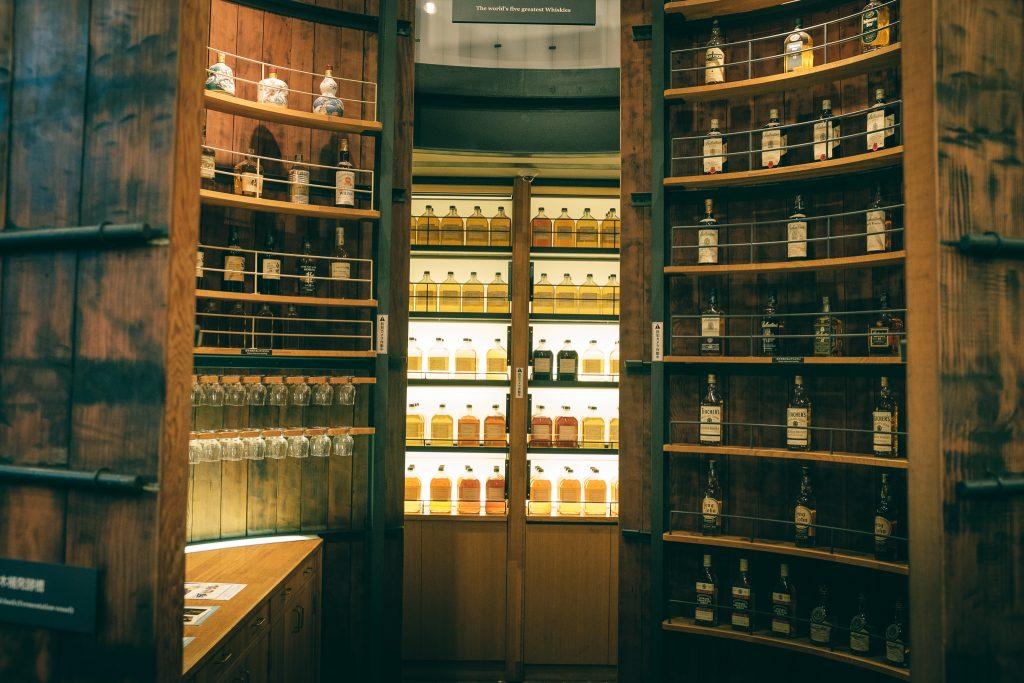 Bar de la destilería Yamazaki, donde podrás probar más de 70 tipos de whiskies.