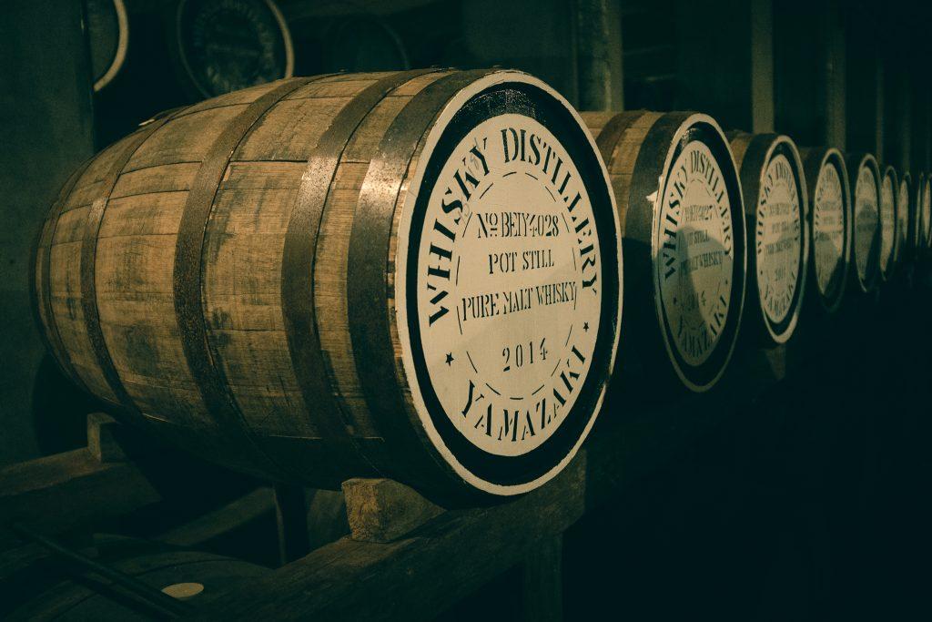 Detalle de un bote de whiskey japonés