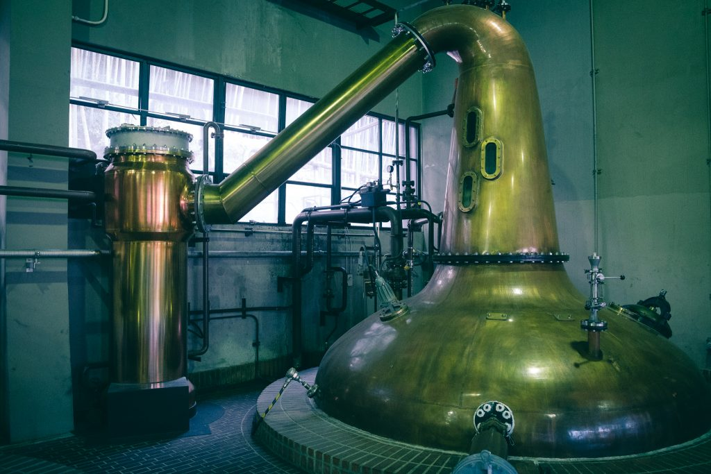 Los grandes alambriques destilando whisky japonés