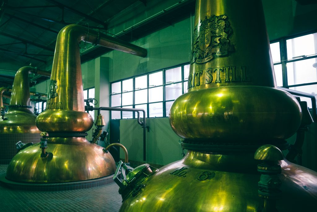 Sala donde se produce la destilación real en la destilería Yamazaki, en Osaka
