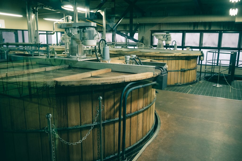 Barriles de madera que fermentan el whisky japonés
