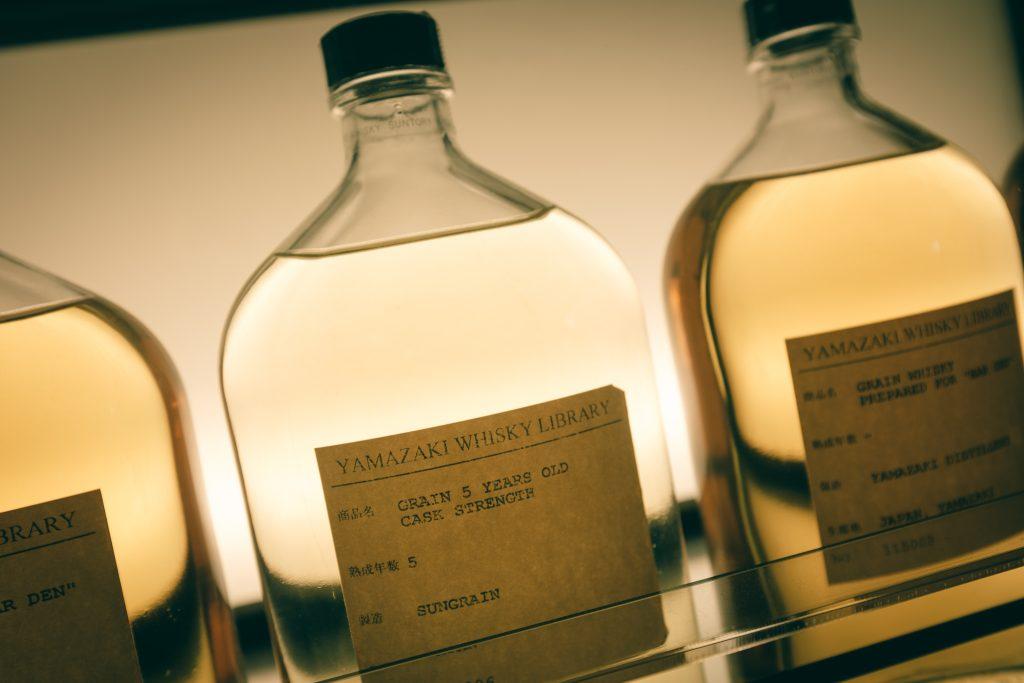 Una de las botellas de whisky japonés en la destilería Yamazaki