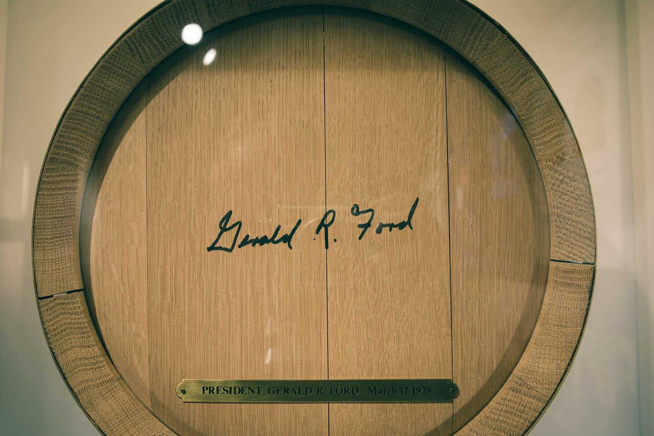 La firma del presidente de los estados unidos en un barril de whisky Suntory