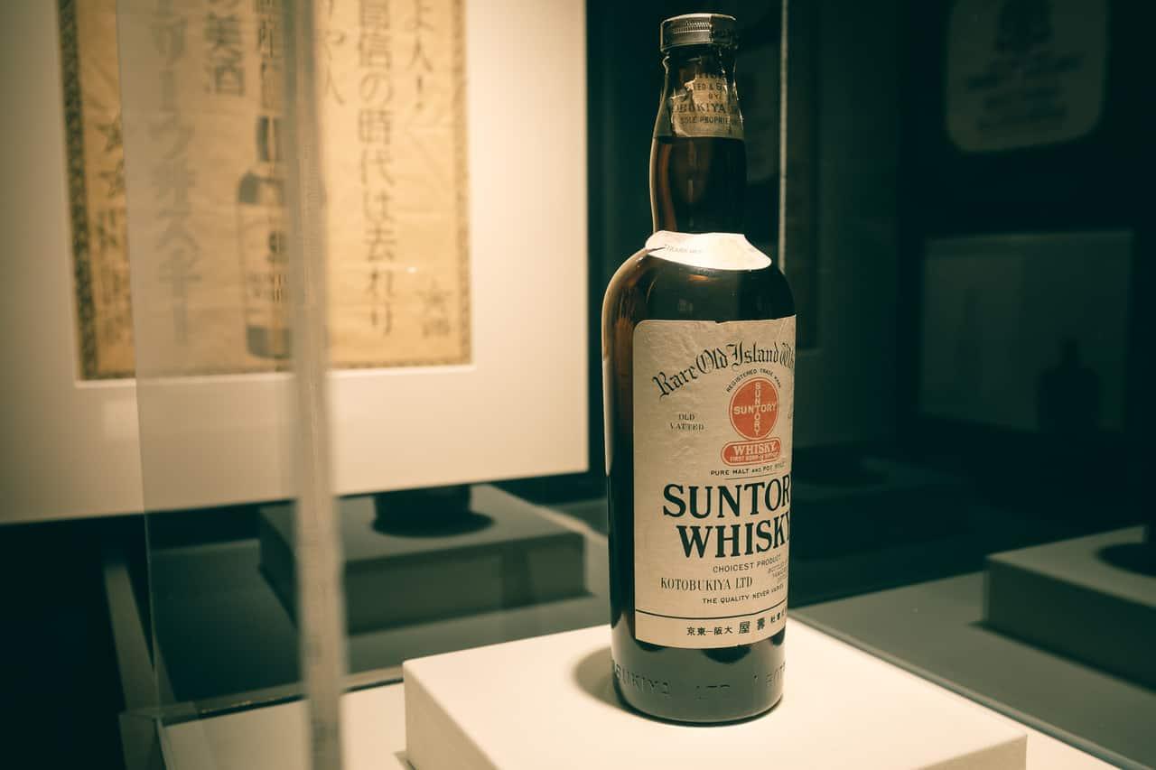 Una antigua botella de whisky japonés