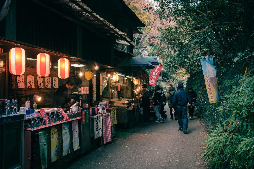 Las tiendas en el Monte Mino con sus linternas tradicionales