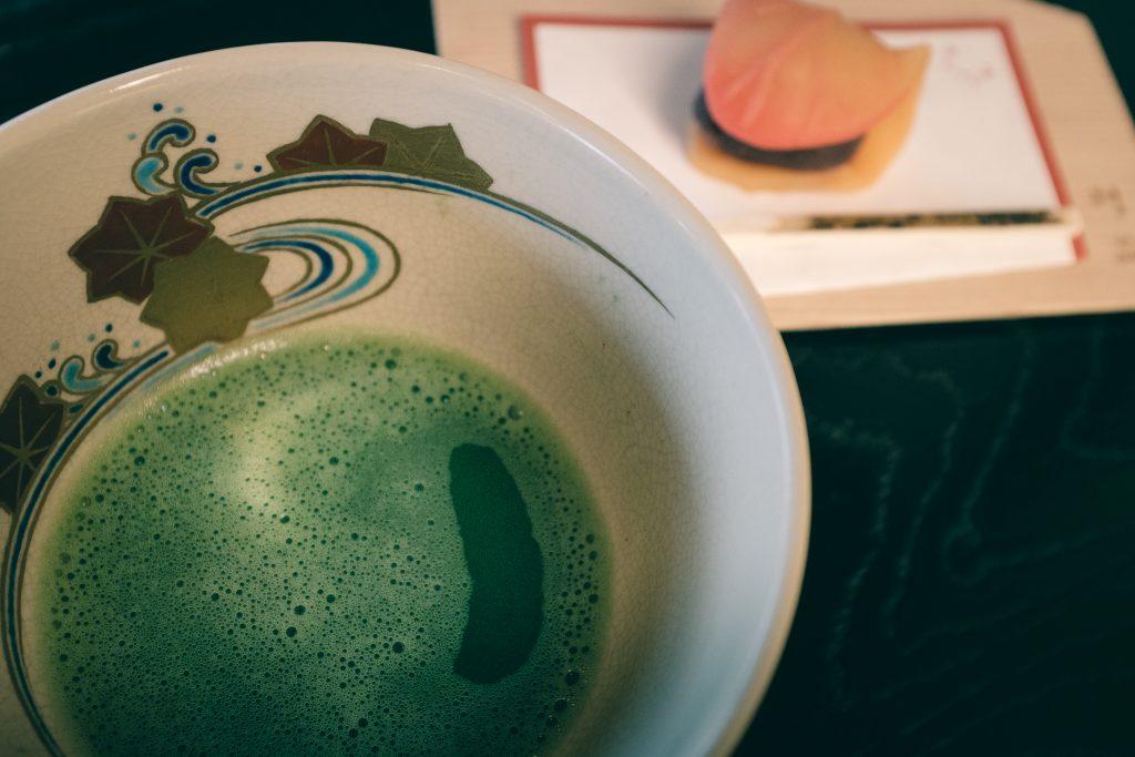 el té matcha con el dulce japonés