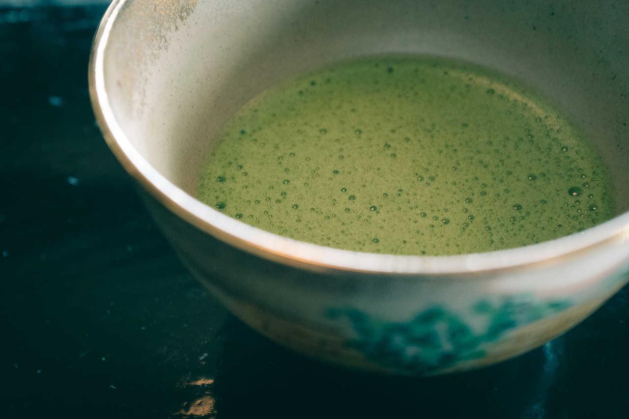 Taza de té matcha en Sakai