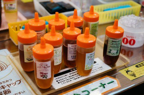 Tienda de miel Yama no Hachimitsuya en Tazawako, Akita, región de Tohoku, Japón.