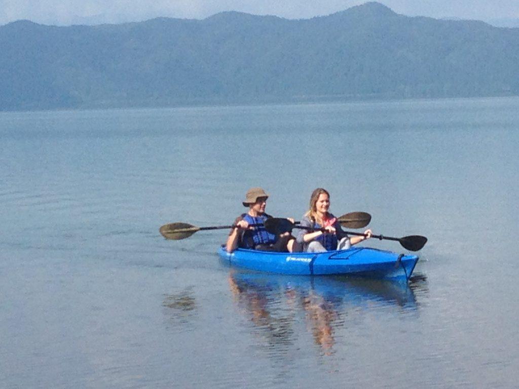 En el lago podrás hacer todo tipo de deportes acuáticos