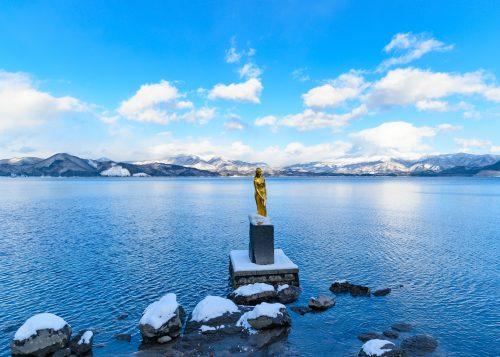 Estatua de Tatsuko al lago Tazawa en Semboku, Akita, región de Tohoku, Japón.