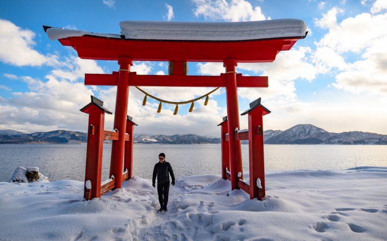 El torii Gozanoishi a la orilla del lago Tazawa, Akita, región de Tohoku, Japón