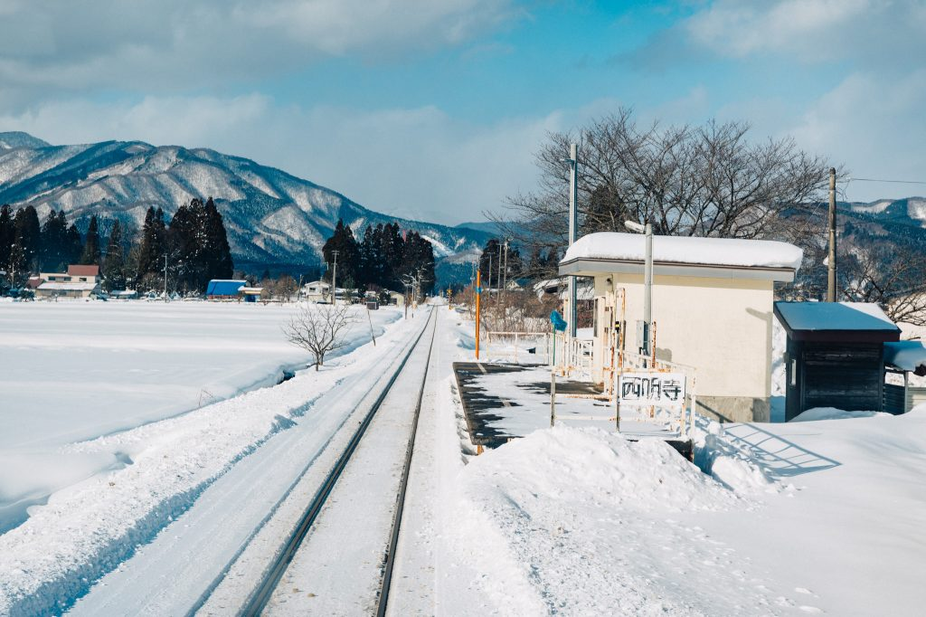 Una pequeña estación de trenes rodeada por la nieve