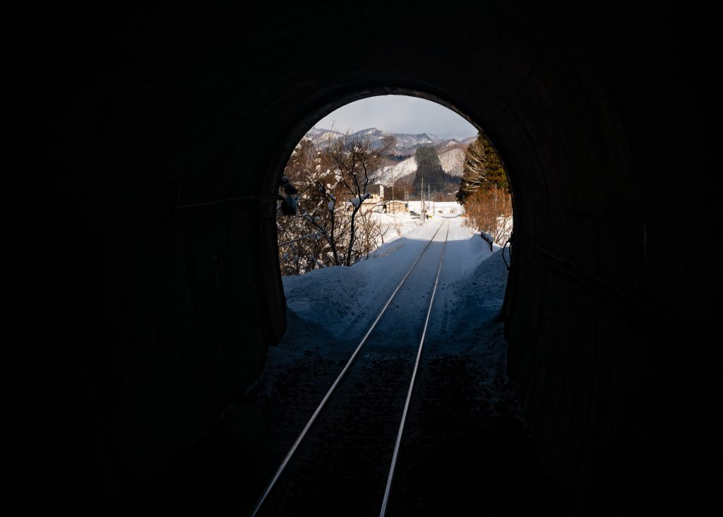 Pasando por un túnel con uno de los trenes japoneses en Akita