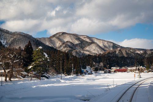 Escenario nevado a lo largo de la línea de tren Nairiku en Akita.