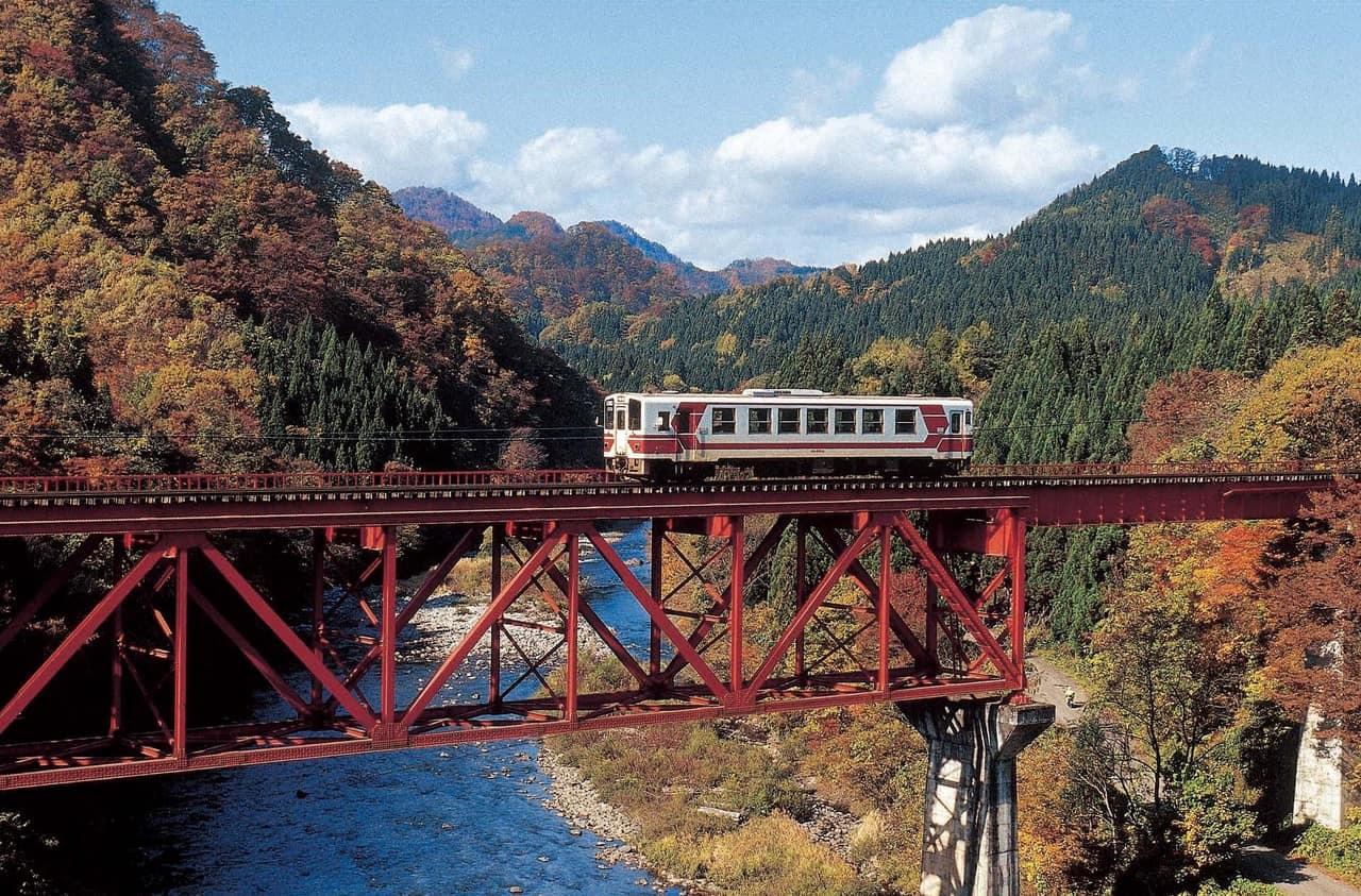 Tomando dos increíbles trenes en la prefectura de Akita