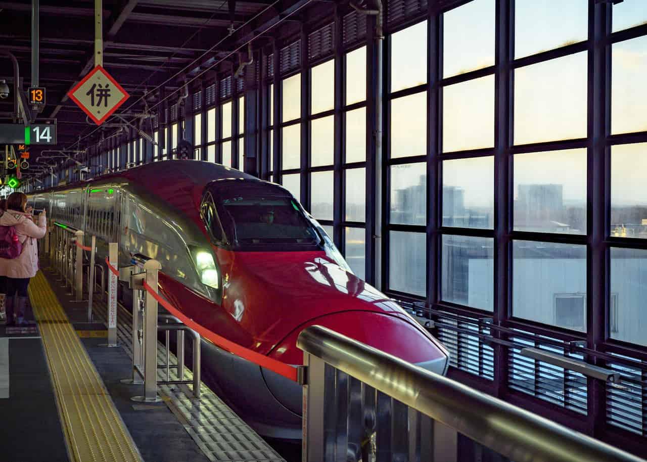 El shinkansen Komachi en una estación de Japón