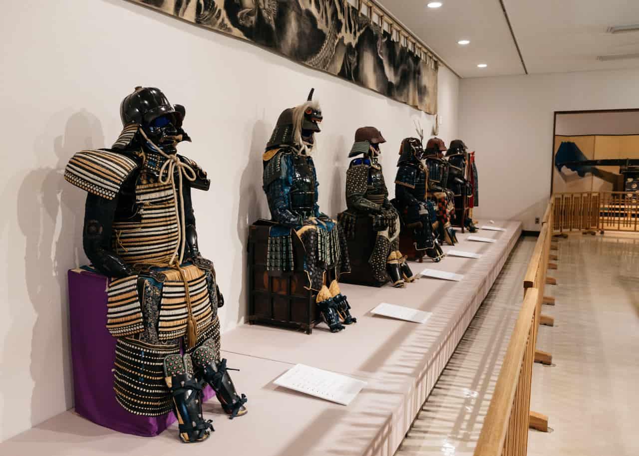 Una exposición de artefactos samurais en el denshokan
